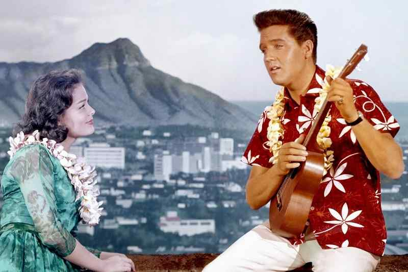 Elvis con camisa hawaiana roja