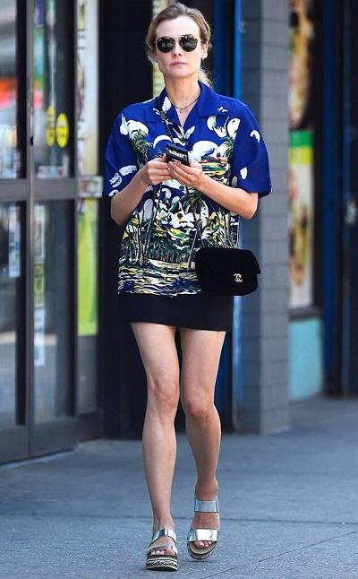 diane kruger camisa hawaiana azul y falda negra
